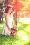 Красивая девушка на пикнике на природе Красивая маленькая девочка внешняя Стоковое фото RF