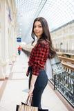 Красивая девушка на покупках в Европе Стоковое фото RF