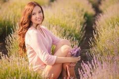 Красивая девушка на поле лаванды Стоковая Фотография RF