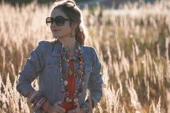 Красивая девушка на поле в солнце излучает Стоковые Изображения