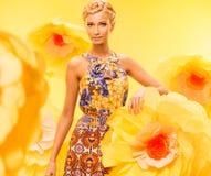 Красивая девушка на предпосылке цветка Стоковая Фотография RF