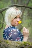 Красивая девушка на прогулке среди вегетации Стоковые Изображения RF
