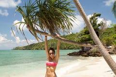 Красивая девушка на пляже около дерева, Karimunjawa Стоковые Изображения