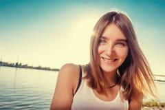 Красивая девушка на пляже самостоятельно стоковое изображение
