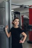 Красивая девушка на спортзале Стоковые Изображения RF