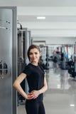 Красивая девушка на спортзале Стоковые Фото