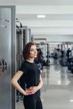 Красивая девушка на спортзале Стоковое Изображение