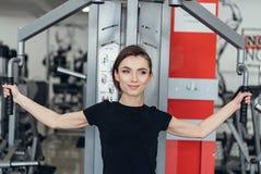 Красивая девушка на спортзале Стоковые Фотографии RF