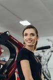 Красивая девушка на спортзале Стоковая Фотография