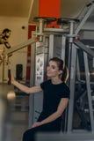 Красивая девушка на спортзале Стоковое фото RF