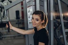 Красивая девушка на спортзале Стоковое Фото