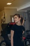 Красивая девушка на спортзале Стоковая Фотография RF