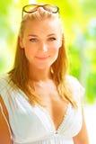 Красивая девушка на тропическом курорте стоковая фотография rf