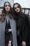 красивая девушка на улице в черноте, атмосфера моды 2, стиль Стоковое Изображение