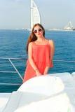 Красивая девушка на яхте - Дубай стоковое фото