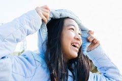 Красивая девушка нося пальто зимы меха с капюшоном Стоковые Фотографии RF