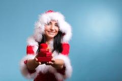 Красивая девушка нося подарочную коробку Санта Клауса Стоковая Фотография RF