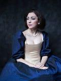 Красивая девушка нося средневековое платье xvii Стоковое Фото