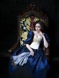 Красивая девушка нося средневековое платье xvii Стоковые Изображения