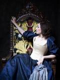 Красивая девушка нося средневековое платье xvii Стоковое Изображение RF