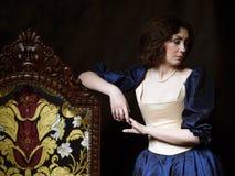 Красивая девушка нося средневековое платье xvii Стоковая Фотография RF