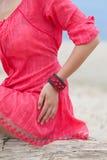 Красивая девушка нося handmade браслет Стоковое Изображение RF