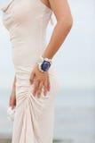 Красивая девушка нося handmade браслет Стоковые Фотографии RF