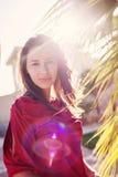 Красивая девушка около пальм и солнца подсвеченных Стоковые Фотографии RF