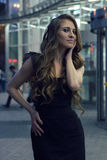 Красивая девушка около shopwindow на улице города ночи Стоковое Изображение