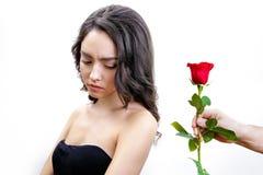 Красивая девушка осадки получает одну красную розу Стоковые Изображения RF