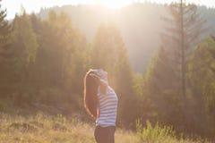 Красивая девушка, ослабляя с ее руками вверх Стоковая Фотография RF
