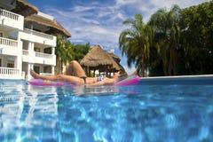 Красивая девушка отдыхая в бассейне Стоковое Фото