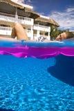 Красивая девушка отдыхая в бассейне Стоковое фото RF