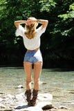 Красивая девушка отдыхая около озера Стоковое Изображение RF