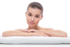 Красивая девушка после косметических процедур, подтяжка лица, посещая beautician, массаж стоковая фотография rf
