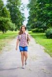 Красивая девушка подростка в вскользь одеждах идя к школе Стоковое Изображение