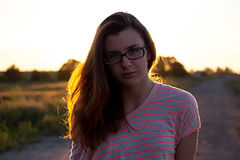 Красивая девушка подростка в свете захода солнца стоковое изображение