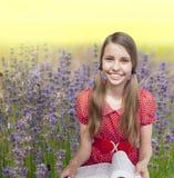 Красивая девушка подростка на траве Стоковая Фотография RF