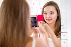 Красивая девушка подростка принимая selfie в ванной комнате Стоковое Изображение