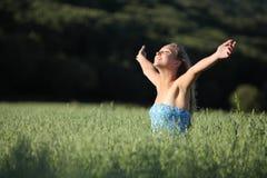 Красивая девушка подростка смеясь над в зеленом лужке Стоковое фото RF
