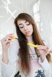 Красивая девушка представляя в белой студии Стоковая Фотография