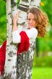 Красивая девушка представляя в парке Стоковые Фото