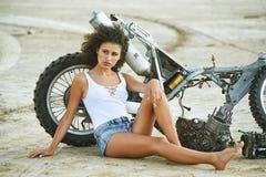 Красивая девушка представляя к фотографу Стоковые Изображения