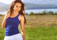 Красивая девушка представляя на поле лета Стоковые Изображения RF