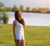 Красивая девушка представляя на поле лета Стоковые Изображения