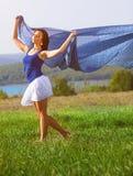 Красивая девушка представляя на поле лета Стоковое Фото