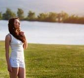 Красивая девушка представляя на поле лета Стоковая Фотография