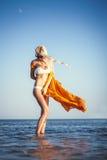 Красивая девушка представляя на предпосылке моря Стоковое Фото