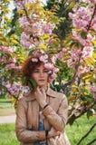 Красивая девушка представляя на фоне зацветая розовых деревьев Весна Сакура Стоковые Фотографии RF