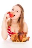 Красивая девушка принимая укус яблока Стоковое Изображение